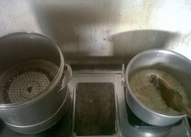 menanak nasi di kompor