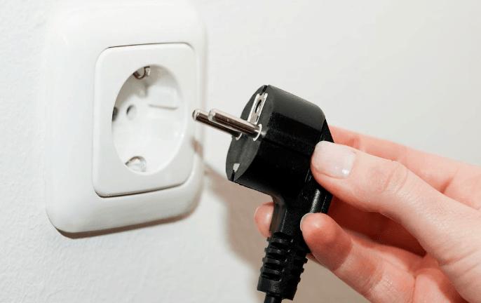 mencabut kabel listrik